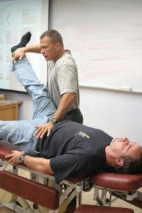Demostración de un test muscular en kinesiología